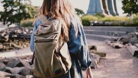 Kamera podąża młodej podróżnik dziewczyny z plecaka odprowadzeniem wzdłuż pięknego pogodnego Brooklyn parka brzeg rzeki zwolnione zbiory wideo