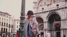 Kamera podąża modnego żeńskiego freelance pracownika bierze fotografie stary St Mark katedralny budynek w Wenecja zwolnionym temp zbiory