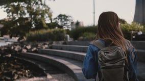 Kamera podąża pięknego Kaukaskiego żeńskiego turysty z plecaka odprowadzeniem przy Brooklyn parka betonu brzeg rzeki zwolnionym t zdjęcie wideo