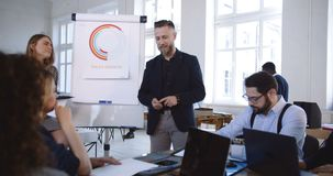 Kamera poruszająca wokoło pozytywny wieloetniczny partnerów biznesowych współpracować, dyskutuje pracę przy nowożytnym biurowym k zbiory wideo