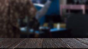 kamera remontowy sklep & x28; blur& x29; z wybranym ostrości drewna stołem dla dis fotografia royalty free