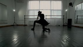 Kamera ruch daleko horizontally wzdłuż taniec klasy Baleriny robią skokom blisko do kamery jeden po drugim Baleriny robią zbiory