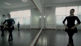 Kamera ruch od lustrzanego odbicia balet grupa baletnicza klasa Tana nauczyciel i grupa małe baleriny zdjęcie wideo