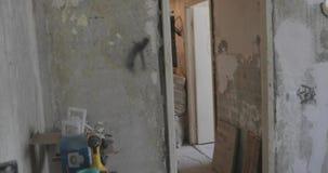 Kamera rusza się mieszkanie który jest pod naprawą i usuwa zdjęcie wideo