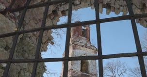 Kamera rusza się od lewicy wyprostowywać i usuwa kratownicę za którym stary zniszczony kościół zdjęcie wideo