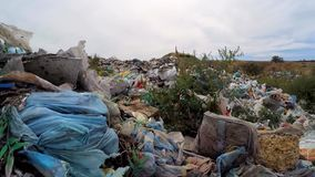 Kamera rusza się przez rozrzuconego śmieci swobodny ruch zbiory wideo