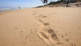 Kamera Rusza się wzdłuż odcisków stopy Opuszczać na Mokrym piasku zdjęcie wideo