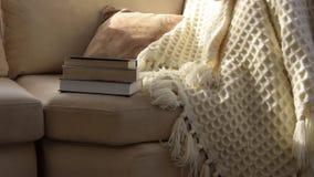 Kamera rusza się wzdłuż zapraszającej wygodnej kanapy z handmade woolen koc i rezerwuje zdjęcie wideo