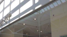 Kamera rusza się za sklepowym okno centrum handlowe sufit zdjęcie wideo