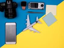 Kamera, smartphone, samolot, zegarek, akci kamera, pióro, notatki obrazy stock