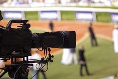 kamera som fäster professionellvideoen för digital bana ihop tvkamera i en sporthändelse royaltyfri foto