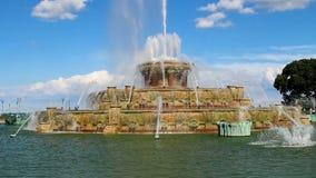Kamera som flyttar sig ner den Buckingham springbrunnen Grant Park Chicago Illinois lager videofilmer