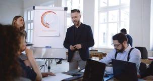 Kamera som omkring flyttar positivt multietniskt samarbeta för affärspartners som diskuterar arbete på det moderna kontorsseminar stock video