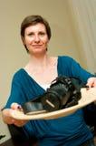kamera som presenterar kvinnan Fotografering för Bildbyråer