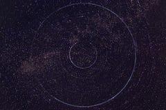 kamera spowodować ziemska narażenia nocy ruchu rotacji jest nieba gwiazda długo ciągnie Obrazy Stock