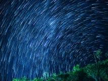 kamera spowodować ziemska narażenia nocy ruchu rotacji jest nieba gwiazda długo ciągnie Obraz Royalty Free