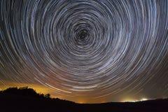 kamera spowodować ziemska narażenia nocy ruchu rotacji jest nieba gwiazda długo ciągnie Widok gwiaździsta przestrzeń obrazy royalty free