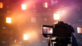 Kamera strzela przy koncertem na tle scena obrazy stock
