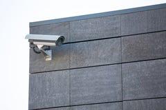 Kamera system chroni błękitnego drapacza chmur budynek biurowego z niebieskim niebem above w horyzontalnym formacie obraz stock