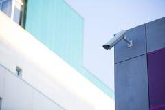 Kamera system chroni błękitnego drapacza chmur budynek biurowego z niebieskim niebem above w horyzontalnym formacie zdjęcia royalty free