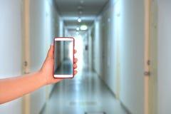 Kamera telefonu zdobycza hotelu korytarz fotografia stock