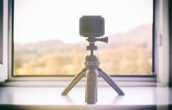 Kamera timelapse auf dem weißen Fensterbrett Lizenzfreie Stockfotos