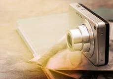 Kamera und alte Fotos Stockfoto