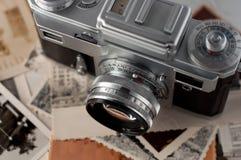 Kamera und alte Fotos schließen oben. Stockbilder