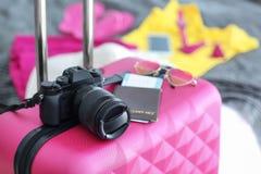 Kamera und Dokumente auf Reisekoffer zuhause lizenzfreie stockfotos