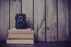 Kamera und ein Stapel Bücher Stockfotos