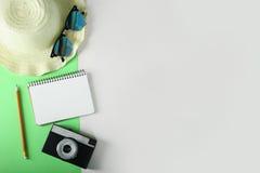 Kamera und Notizblock für Anmerkungen Lizenzfreie Stockbilder