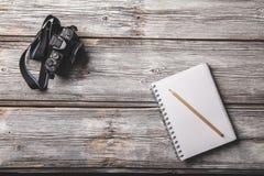 Kamera und Notizbuch Lizenzfreie Stockfotos