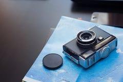Kamera und Reisekarte, Reisekonzept Lizenzfreie Stockfotos