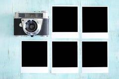 Kamera und schwarze Fotokarten stockbilder