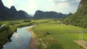 Kamera usuwa nad łąkami i rzeką z odbijać chmurami zdjęcie wideo