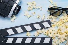 Kamera wideo i popkorn dla kina na błękitnym tle, w górę zdjęcie stock