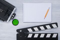 Kamera wideo z zielonym filtrem i kopia dla filmować, obok notepad obrazy stock