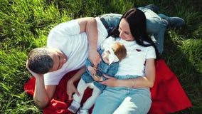 Kamera wiruje nad rodzina z dziewczynką relaksuje na koc w lato ogródzie zbiory
