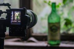 Kamera z wina okno i butelką obraz royalty free