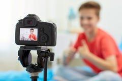 Kameraaufnahmevideo des Bloggerjungen zu Hause Lizenzfreies Stockbild