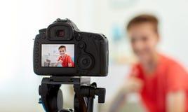 Kameraaufnahmevideo des Bloggerjungen zu Hause Stockfotos