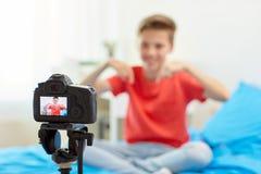 Kameraaufnahmevideo des Bloggerjungen zu Hause Stockbild