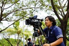 Kamerabetreiber bearbeitet im Freien stockfoto