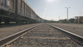 Kamerabewegung zwischen Bahngleisen mit Lastwagen stock footage