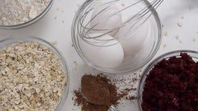 Kamerabewegungen entlang von Wurzeln der roten roten Rübe, von Hafern und von frischen Eiern für das gesunde Nachtischkochen stock video