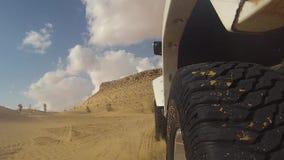 Kamerabil i den sahara öknen stock video