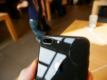 Kameradubbel12mps ny iPhone 8 och iPhone 8 Plus i Apple Store Royaltyfri Foto