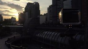 Kamerafilm der Aktion 4k ein Sonnenuntergang in der Metro Daan Park Station in Taipeh-Stadt stock video footage