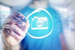 Kameraikone, die von einem Mann auf einer virtuellen Schnittstelle - techno gezeichnet wird Stockbilder