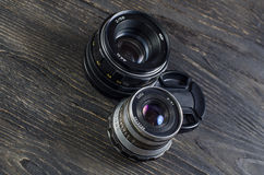 Kameralinser på en träbakgrund arkivbild